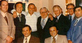 סינטרה (שלישי משמאל) עם דון קרלו גמבינו (שלישי מימין) ובכירים נוספים במשפחה