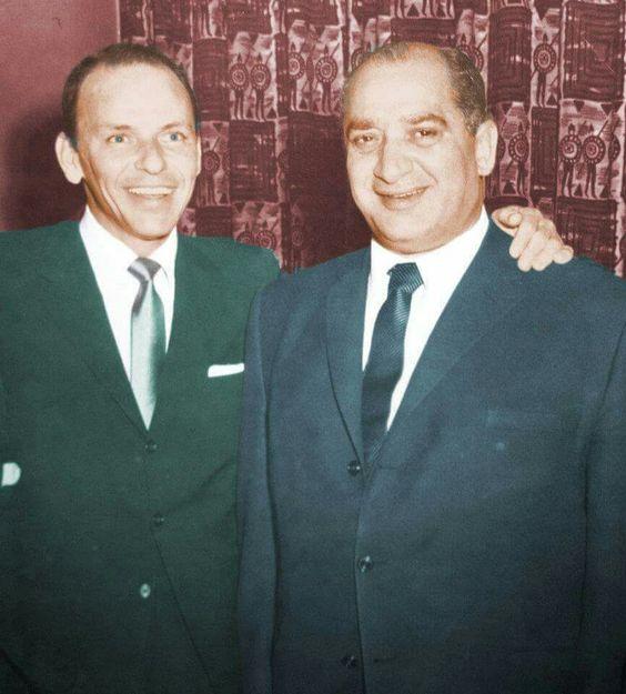 סינטרה (משמאל) עם ג'ון ד'ארקו פוליטיקאי משיקגו שנודע כמחובר למאפיה