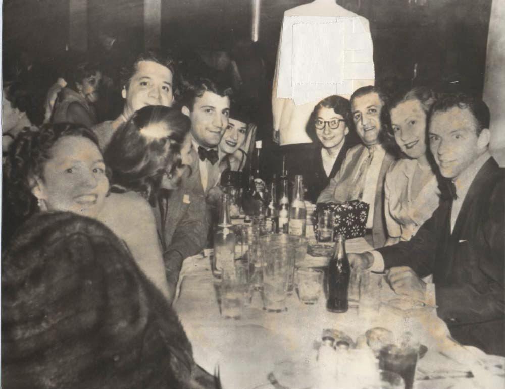 סינטרה (ראשון מימין) בחברת פרנקי פראטו (שלישי משמאל) שהיה חבר בכיר במאפיה של שיקגו