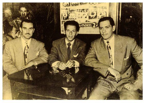 סינטרה (במרכז) עם האחים רוקו וצ'רלס פישצ'טי, האחיינים של אל קפונה ומראשי המאפיה של שיקגו
